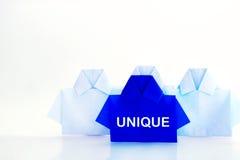 在白色origami衬衣纸,独特的个性中的一蓝色 免版税库存照片