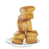 在白色Porcel的方形的吹新月形面包酥皮点心祖祖 免版税库存照片