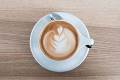 在白色porcellan杯子和生来有福的Cappuchino咖啡 最小的构成,行家震动 顶视图,平的被放置的拷贝 图库摄影