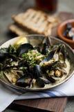 在白葡萄酒汤的新鲜的淡菜 免版税库存照片