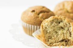 在白蛋糕立场的自创全麦麸面松饼 可看见的面团纹理 早餐早晨健康酥皮点心烘烤 库存图片