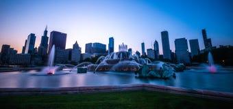 在白金汉喷泉和街市芝加哥的日落 免版税库存图片