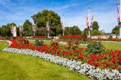在白金汉宫前面的花圃 免版税图库摄影