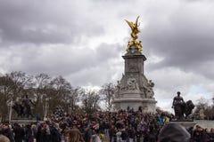 在白金汉宫的大人群 库存照片
