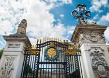 在白金汉宫的门在伦敦 图库摄影