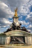 在白金汉宫附近的女王维多利亚纪念品 库存图片