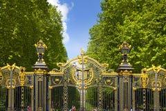 在白金汉宫附近的绿色公园门  免版税库存照片