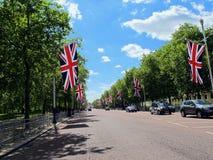 在白金汉宫-伦敦,英国附近的英国国旗旗子 图库摄影