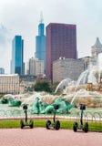 在白金汉纪念喷泉前面的Segway PT自平衡的滑行车在芝加哥格兰特公园,美国 免版税库存照片
