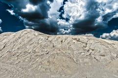 在白陶土沙丘的风暴 免版税库存照片