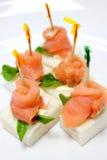 在白面包的点心熏制鲑鱼 免版税库存图片