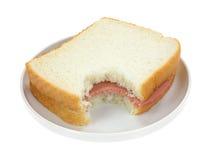 在白面包的被咬住的胡扯的三明治 免版税库存图片