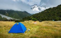 在白马小山营地的旅游帐篷, 图库摄影