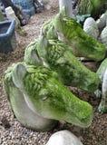 在白马头庭院雕塑的绿色青苔在石地板上 免版税库存图片