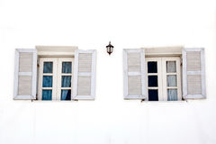 在白水泥墙壁上的葡萄酒窗口 图库摄影