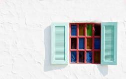 在白水泥墙壁上的葡萄酒窗口 免版税库存图片