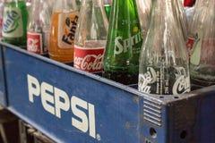 在百事可乐箱子-葡萄酒styl的可口可乐、fanta和魍魉瓶 库存图片