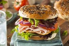 在百吉卷的健康火鸡肉三明治 库存图片