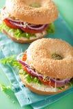 在百吉卷的蕃茄三明治用乳脂干酪葱莴苣紫花苜蓿 库存照片