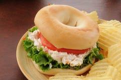 在百吉卷的鸡丁沙拉三明治 免版税库存照片