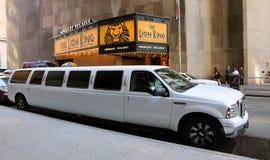在百老汇的白色大型高级轿车 免版税库存图片