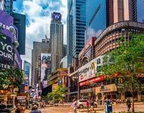 在百老汇的街道风景在曼哈顿, NYC 与交通的图片和著名剧院和音乐广告和billdboards 免版税库存照片
