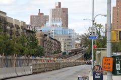 在百老汇纽约美国的火车 免版税库存照片