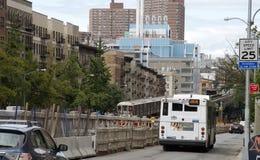 在百老汇纽约美国的火车 免版税库存图片