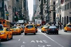 在百老汇街道上的黄色小室在曼哈顿 免版税库存照片