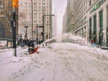在百老汇(纽约)的紧急情况服务在飞雪期间2016年 库存照片
