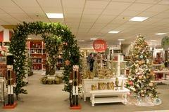 在百货商店的圣诞节礼品 库存图片