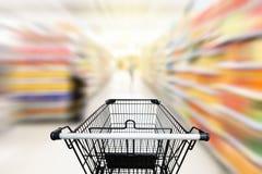 在百货商店的购物台车与消费品产品 库存照片