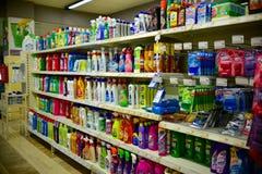 在百货商店的家用化工产品 免版税库存图片
