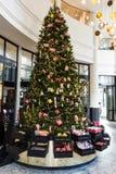 在百货商店Le Bon MarchA©,巴黎,法国的圣诞树 免版税库存照片