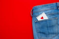 在的一个避孕套牛仔裤装在口袋里 安全性交 免版税库存照片