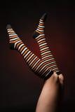 在的俏丽的腿长的多彩多姿的袜子 免版税库存图片