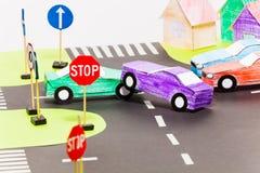 在的公路事故在玩具城市的横穿 免版税库存图片