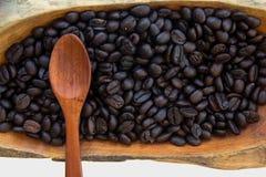在的咖啡豆木碗,关闭,水平 免版税库存图片