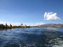 在的喀喀湖的小船乘驾 免版税库存图片