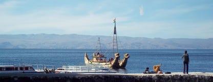 在的喀喀湖的小船 图库摄影