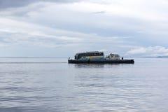 在的喀喀湖,玻利维亚的轮渡服务 免版税图库摄影