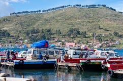 在的喀喀湖,玻利维亚的轮渡服务 库存图片