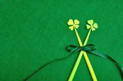 在的四片叶子三叶草与一把绿色弓一起被栓的棍子 免版税库存图片