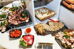 在的开胃菜黑盘为自助餐服务 库存照片