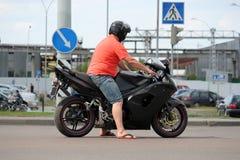 在的摩托车骑士立场交叉路 免版税图库摄影
