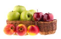 在的新鲜的绿色和红色苹果柳条筐 库存图片