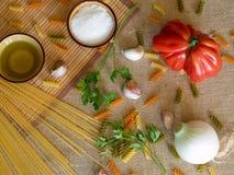 在的未煮过的干燥意粉土气表面用蕃茄,大蒜, 库存图片