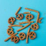 在的椒盐脆饼快餐蓝色背景 免版税图库摄影