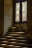 在的楼梯老时髦的被弄脏的窗口 弄脏的老台阶 免版税库存照片