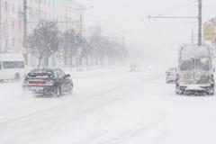 在的汽车交叉路 雪风暴在市切博克萨雷,楚瓦什人共和国,俄罗斯 01/17/2016 免版税库存图片